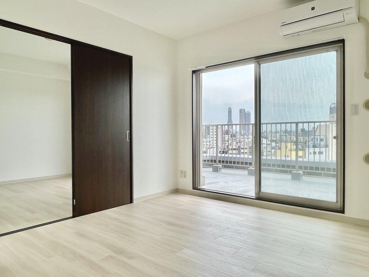 お部屋は9畳+5畳の1LDK。リビングがすこしコンパクトな分、ルーフバルコニーで過ごす時間が増えそう。