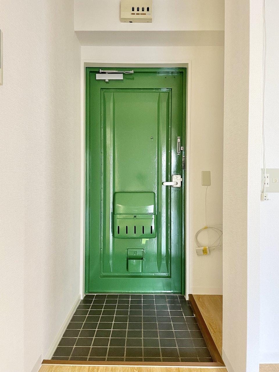 ほとんどの設備が新しく取り替え済みですが、ちょっとレトロさも感じられて、そこがまたご愛嬌。毎日でかけるのが楽しみになりそうな、緑の玄関もかわいい。