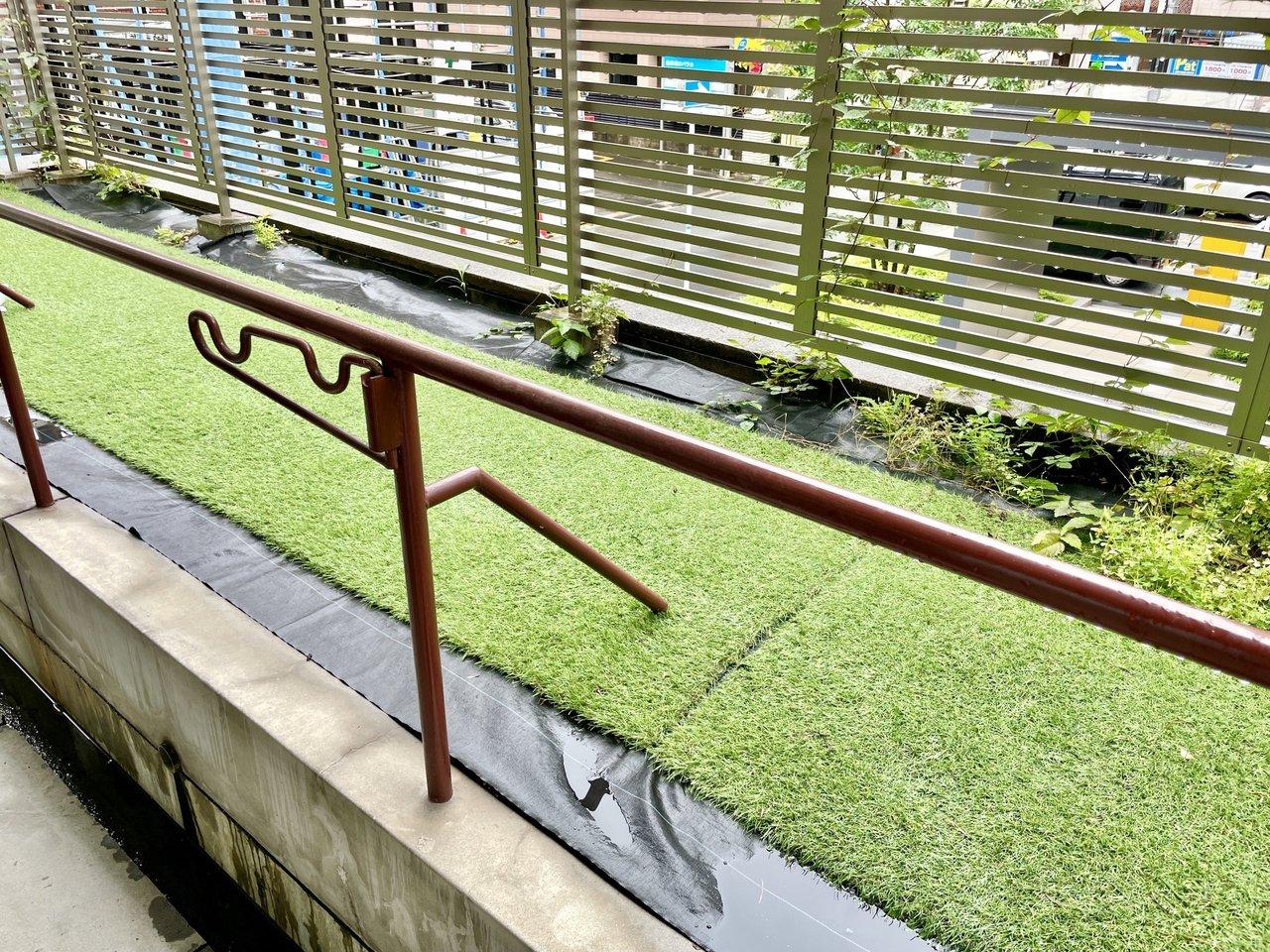 広いバルコニーは目の前に芝と緑が植わってて、周辺がビルでもほっこりしちゃいます。洗濯物を干す場所には屋根がかかっているところも、使い勝手が良さそうです。