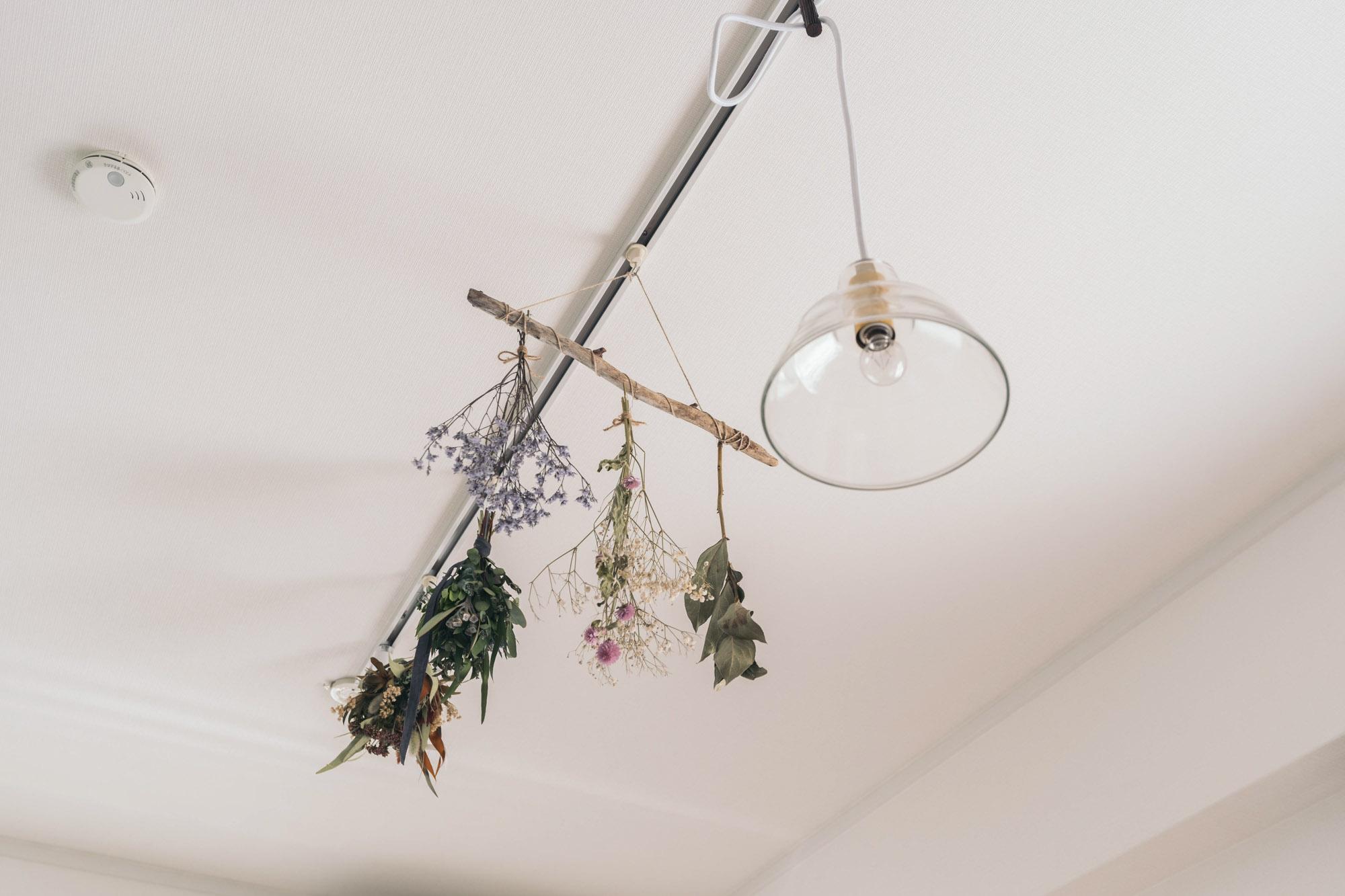 専用のフックを使って、ドライフラワーのスワッグを飾り楽しまれているお部屋