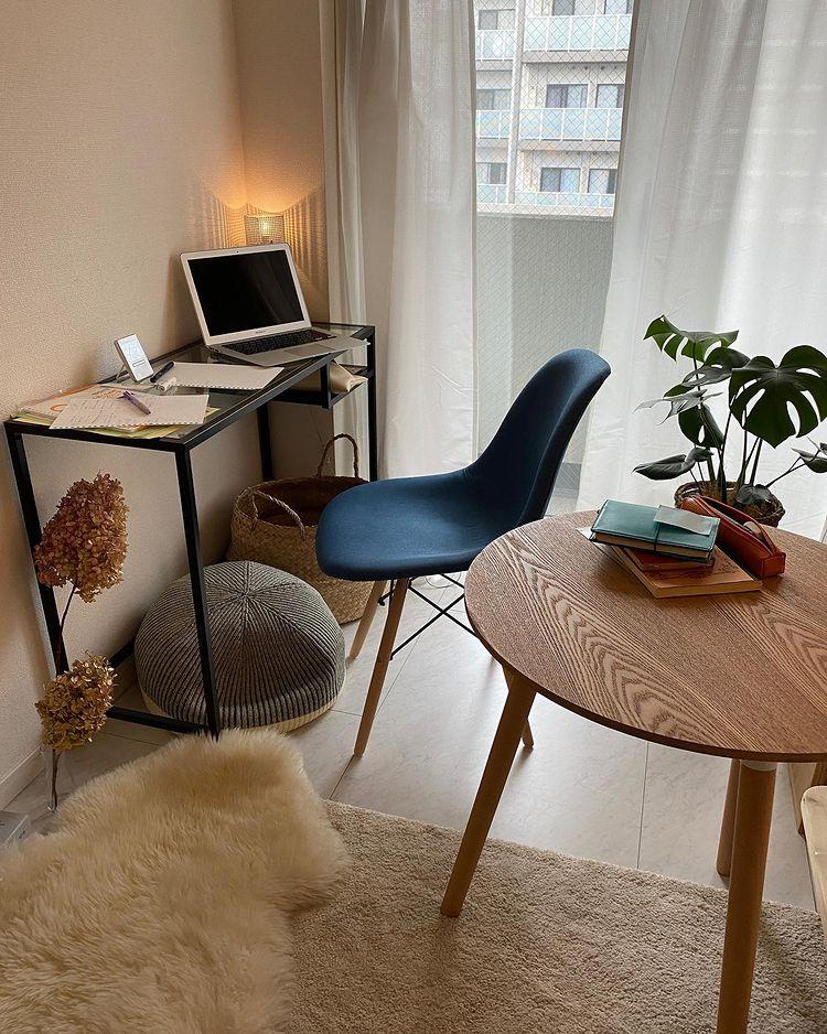 窓際には、ガラストップのIKEAのデスク。「部屋が狭いので、家具のサイズ感にはこだわって、奥行きが狭くスペースをあまり取らないものを選びました」