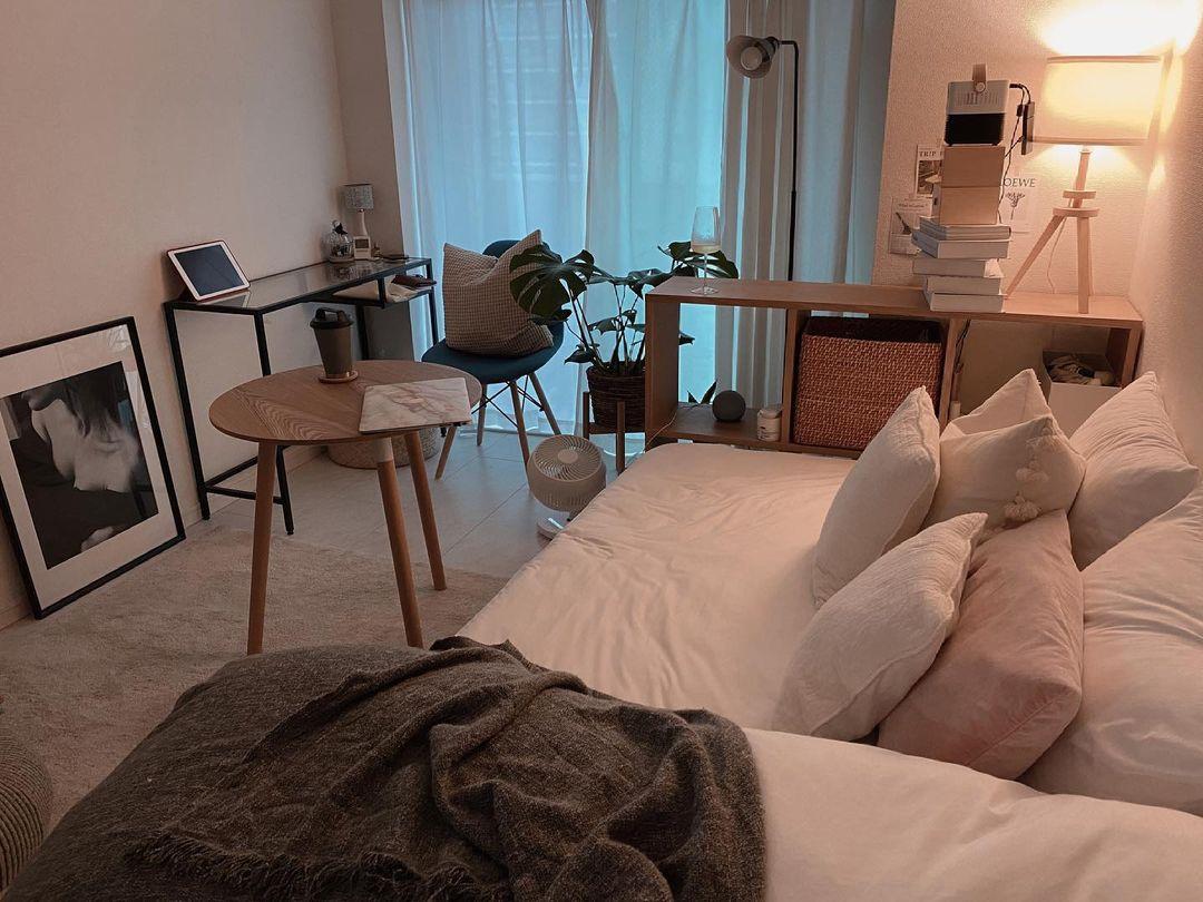 たくさんクッションの用意されたソファがわりのベッド。ここに座って、プロジェクタで映画鑑賞を楽しむのが、お気に入りの時間の過ごし方だそう。