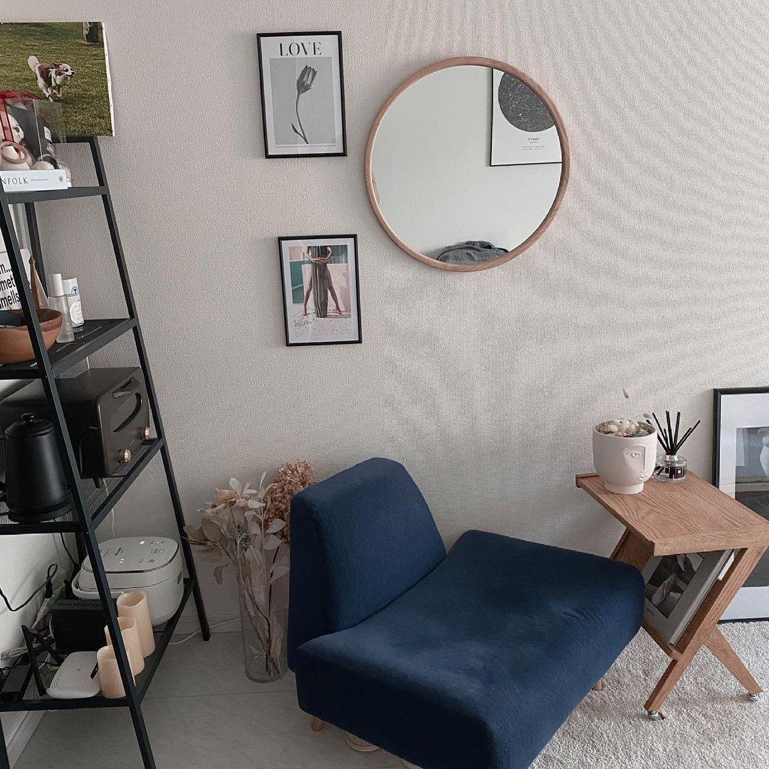 お部屋の手前側にはアイアンのラックと、IDEEのAO SOFA。一人暮らしにちょうどいいサイズ感で、お部屋に馴染んでいます。同じくサイズ感が気に入ったというサイドテーブルはLIFE FURNITUREのもの。