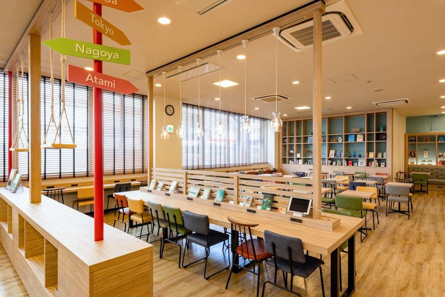 もちろんライブラリースペースも。フリーWi-Fi・コンセント・書籍・フリードリンク・タブレットなど……。設備が揃い居心地の良い空間が広がっていますね。近隣のWi-Fiつきカフェを探す手間も省けます。
