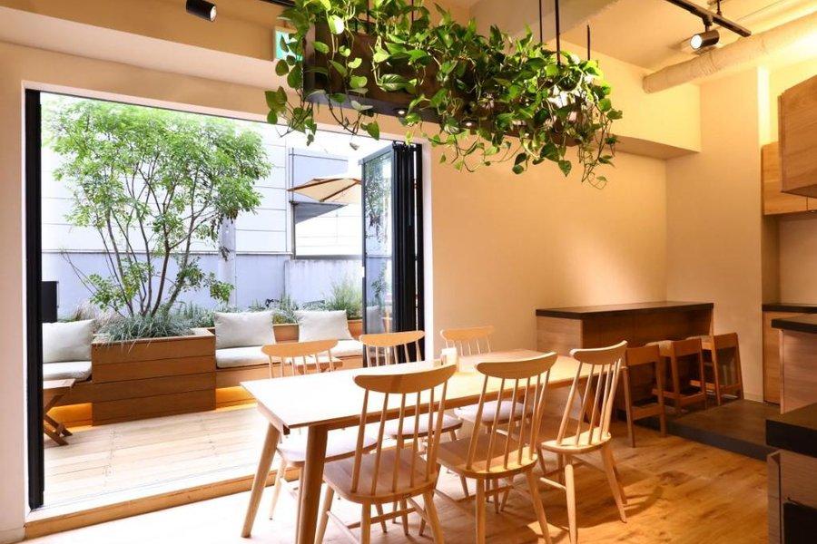 東京ドームやリラクゼーション施設「ラクーア」は目と鼻の先。どこへ行くにも便利な東京のど真ん中にありながら、静かで落ち着いたホテルです。ナチュラルな雰囲気のラウンジスペースも魅力。