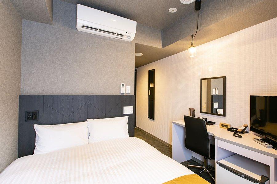 照明や壁紙など、こまかな場所にこだわりのある室内。フランスベッド社のベッドなので、快眠をサポートしてくれますよ。