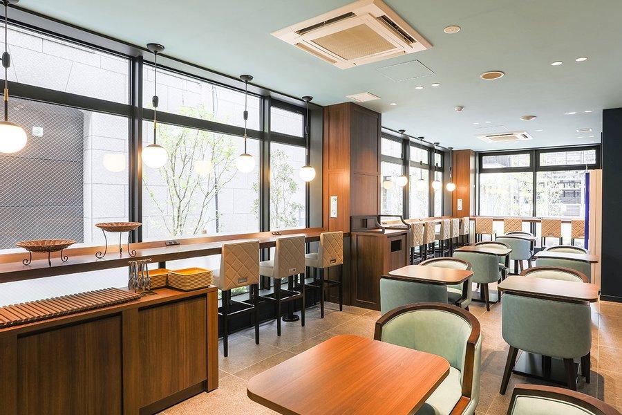 新橋駅から徒歩圏内の場所にあるホテル。カフェスペースは窓も多く開放的な雰囲気です。