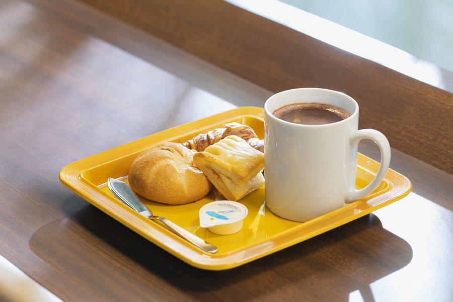 1階のカフェスペースでは無料で朝食をいただけます。クロワッサンやカスタードパイなどのパンだけでなく、種類が豊富なドリンクバーも無料です。朝の時間をゆっくり過ごしましょう。