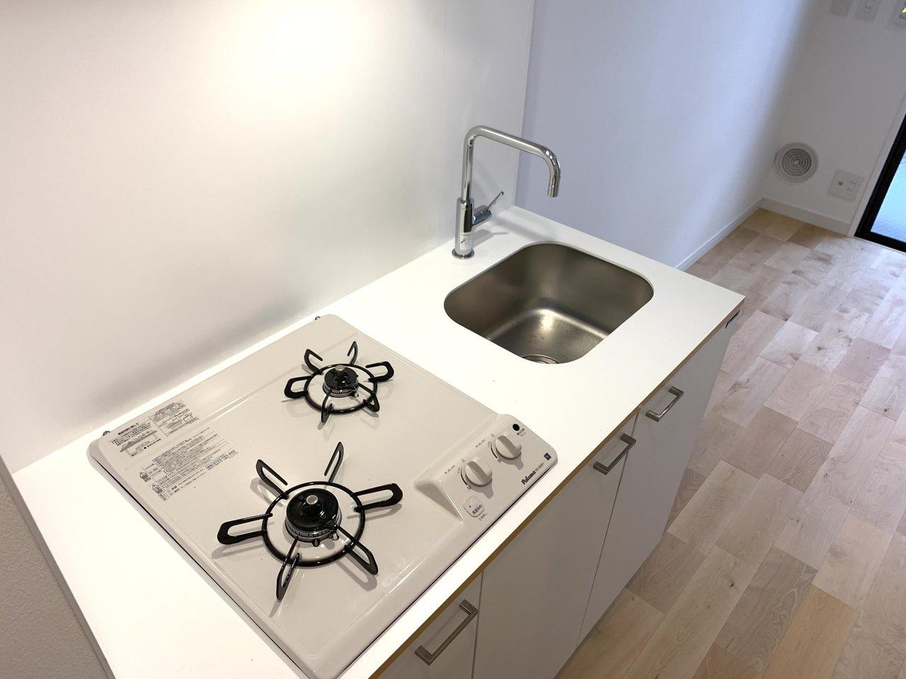 13㎡とややコンパクトなお部屋ですが、キッチンはしっかりガス2口なのが嬉しいですね。