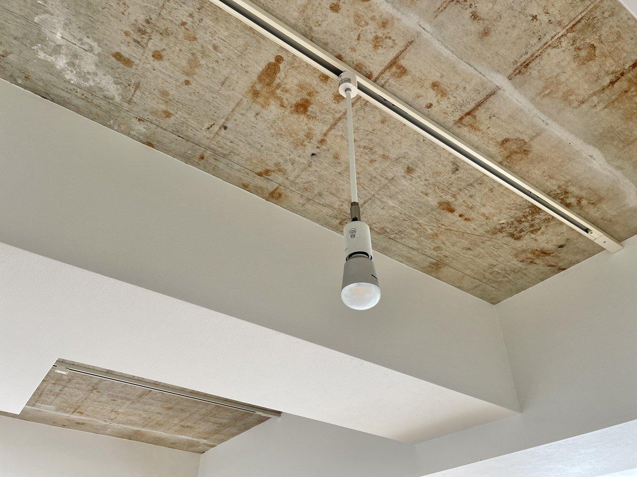 一部の天井はざっくり剥き出しのコンクリートで、ちょっとかっこいい雰囲気ですよ。