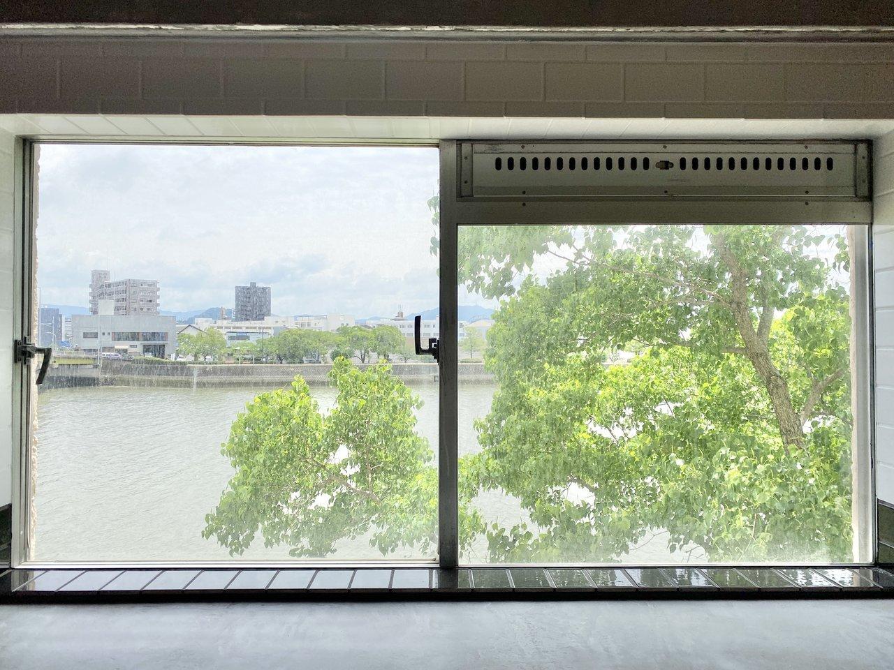 窓からは川を一望できます。絵になる景色ですね。