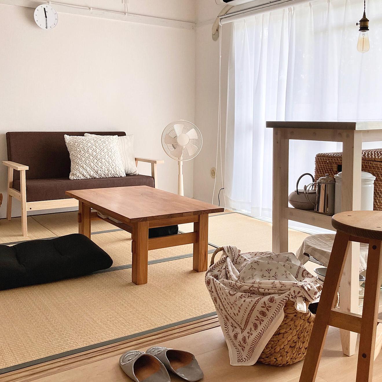 2DKは団地など少し昔の物件に多くみられるため、居室スペースが和室であることも多くあります。maatonaさんはこのようにローテーブルに北欧風のソファ、座椅子を合わせて、のんびりくつろげる空間に。畳にも合うおしゃれなインテリアをセレクトし、「和モダンインテリア」を実現しました。
