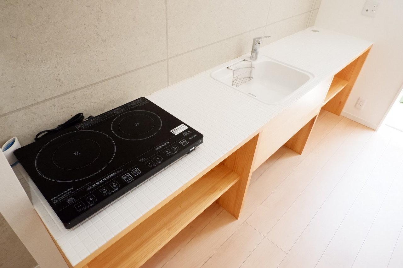 横に長ーいキッチンが特徴的ですね。調理場は食事スペースとしてもどうぞ。料理をサッと作っていただきます!