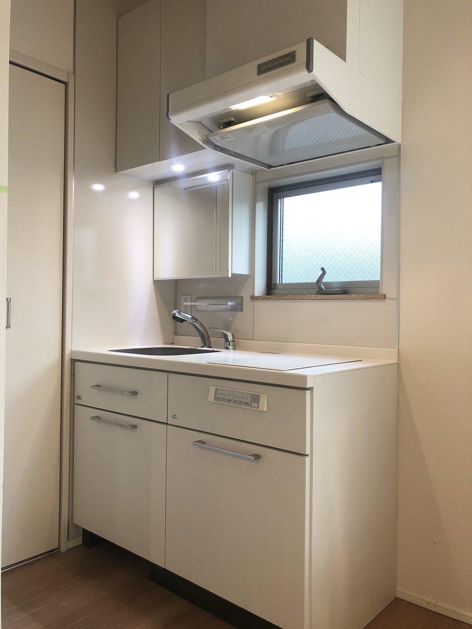 キッチンは上下に収納たっぷり。鏡が付いており、洗面台代わりとしても使えます。