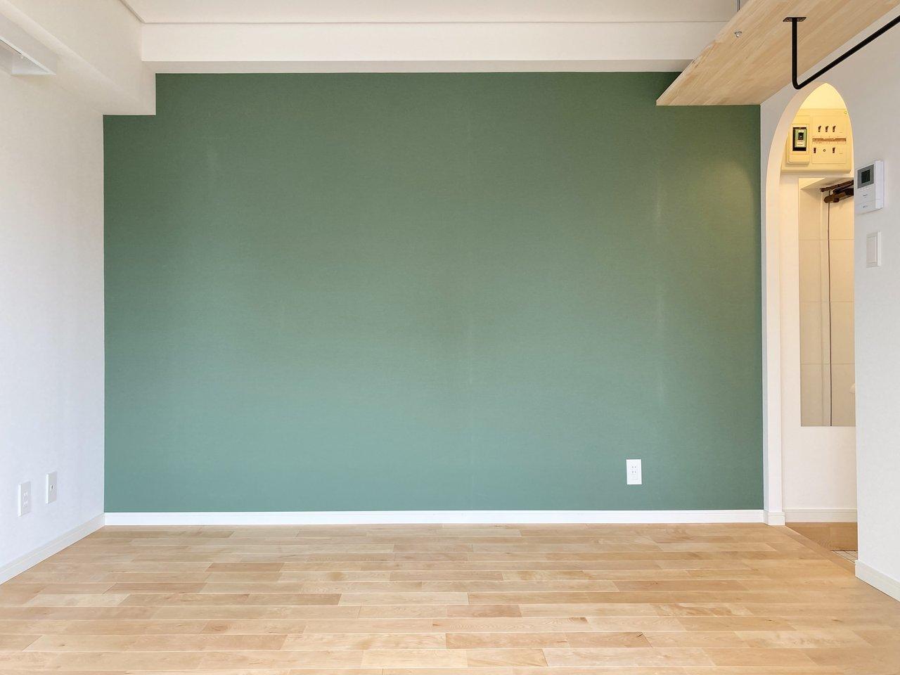 鮮やかなグリーンのクロス×バーチの無垢フローリングが素敵なワンルームです。