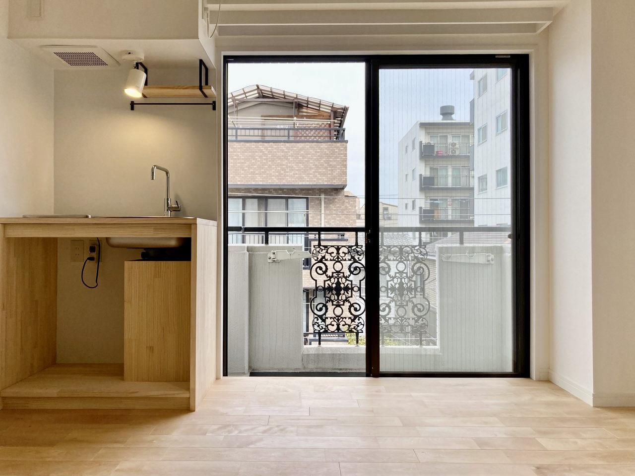窓の横にキッチン。ブラケット棚・ポール付きなので調理器具をスッキリ収納できますよ。
