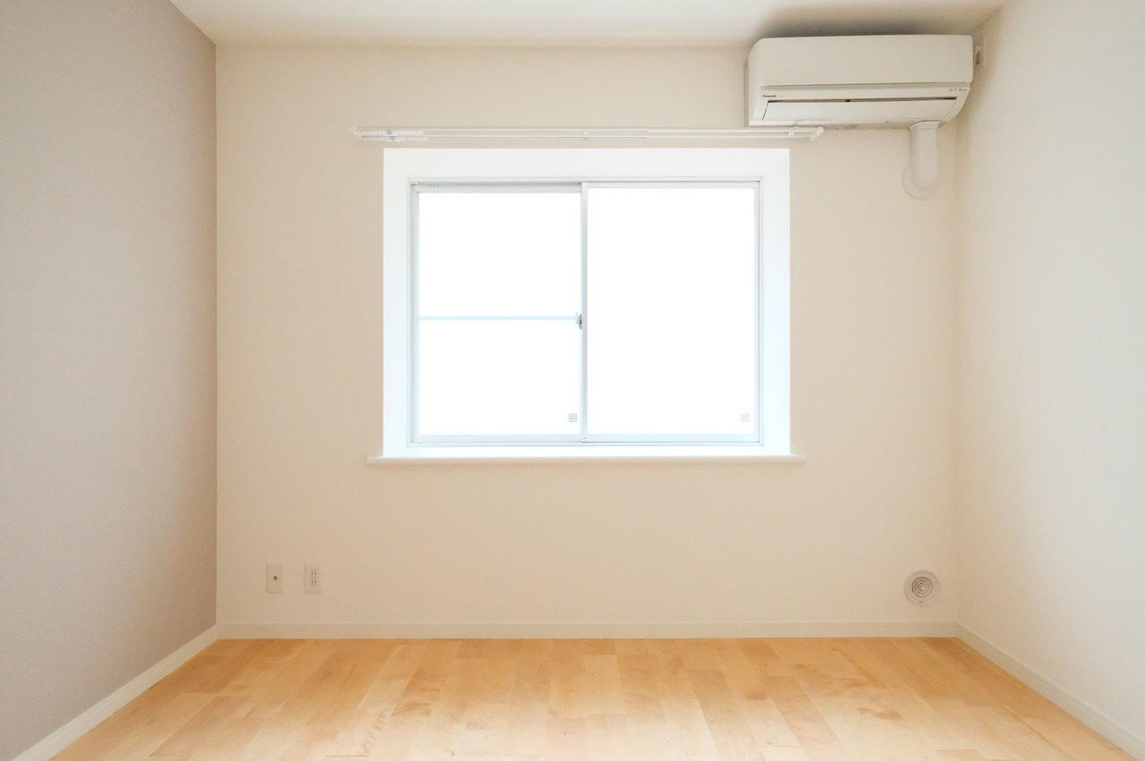 1階のお部屋ですが、窓は半透明のシートで目隠しされています。出窓には観葉植物や小物を飾りたいですね。