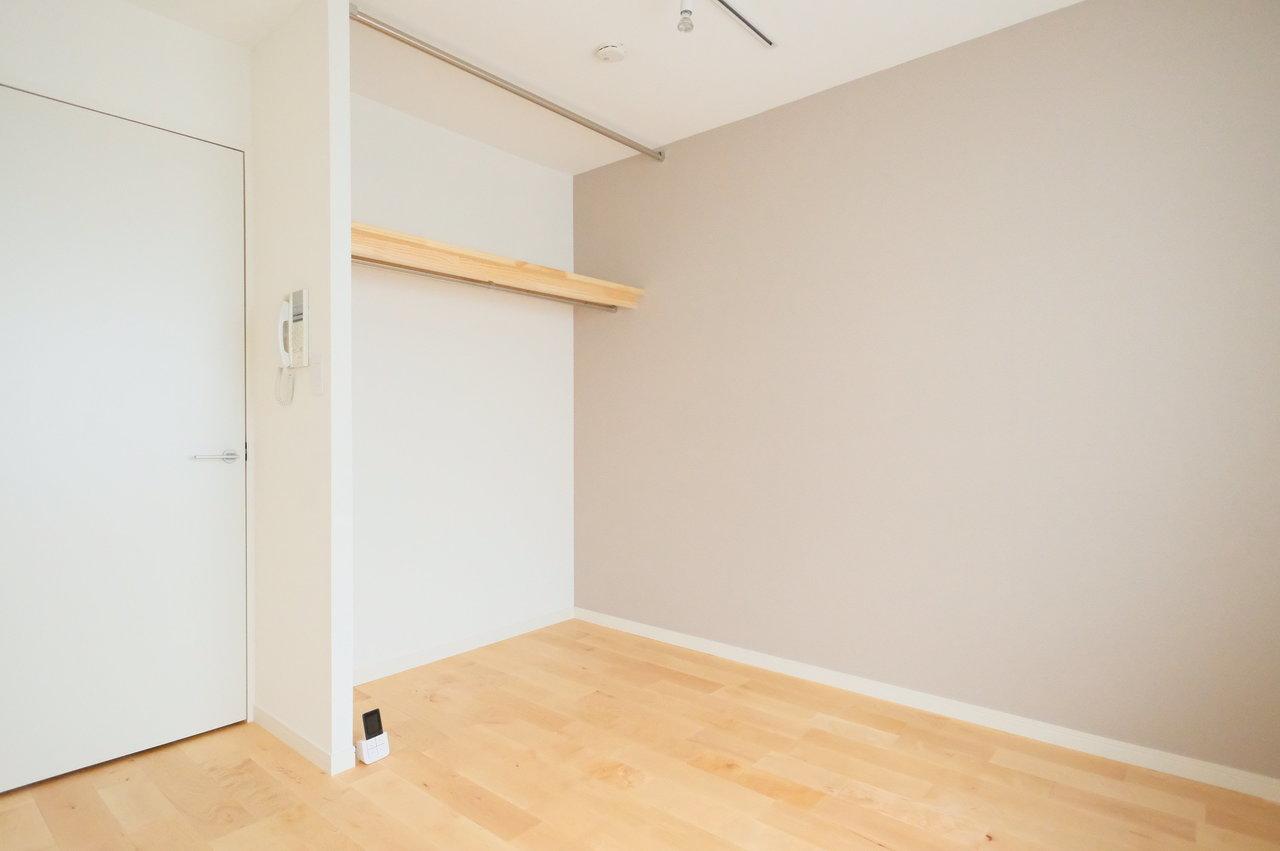 クローゼットはオープンタイプ。扉がない分、家具の配置がしやすいんです。