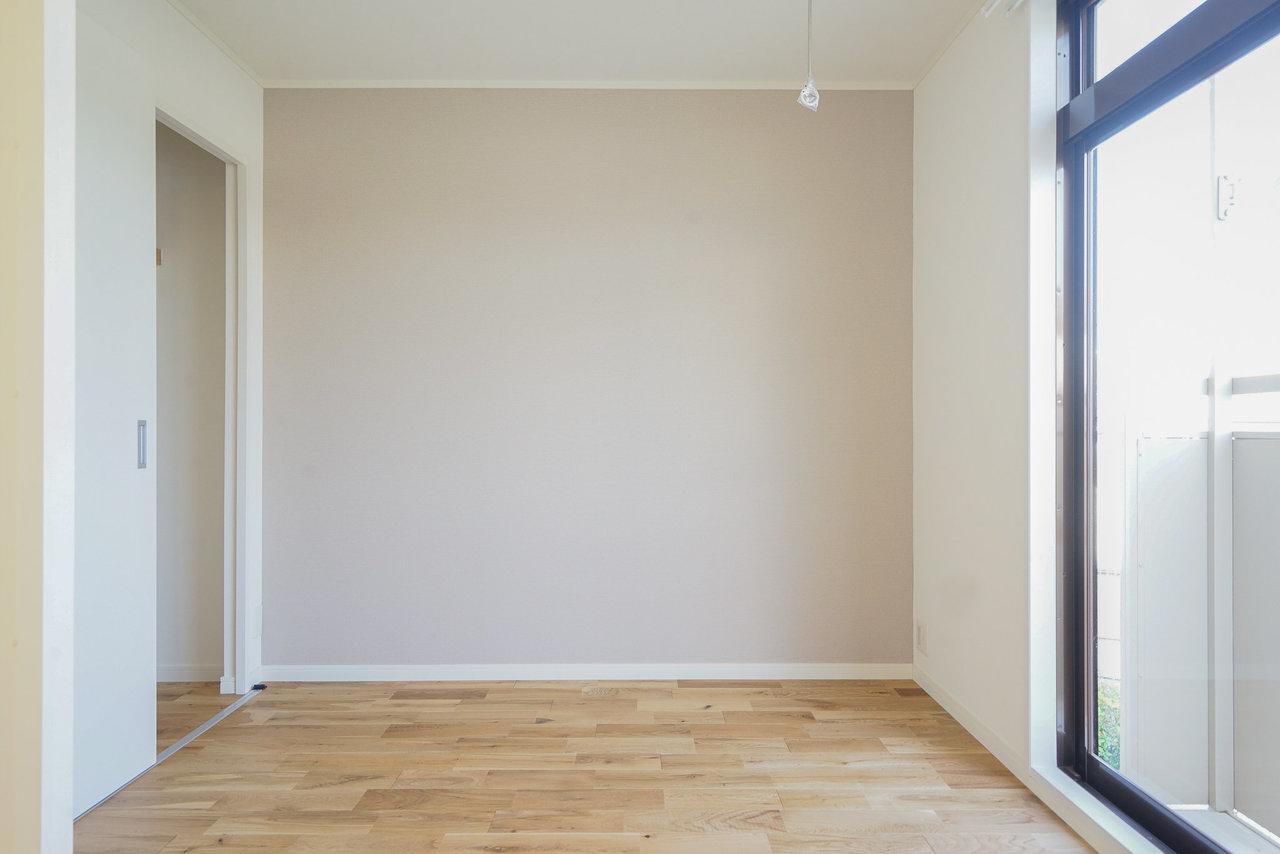 柔らかなグレーのクロスとオークのフローリングでシックな雰囲気に。すでにお手持ちの家具も馴染みそうなカラーです。