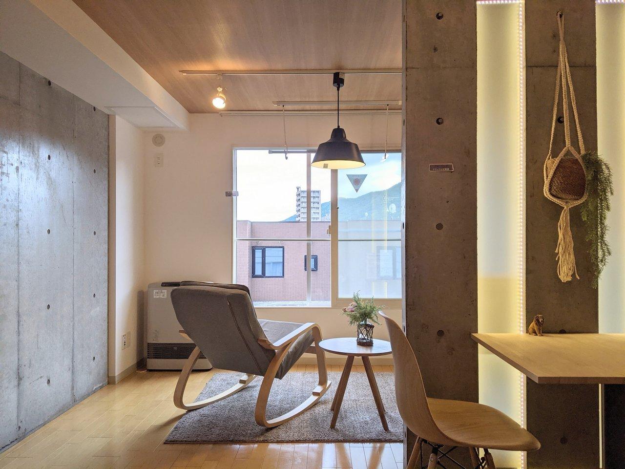 ダイニングとリビングがゆるやかに仕切られた、1DKのお部屋。その分開放感があって家具の配置もしやすそう。南向きの窓からは光もよく入ってきます。(※写真の家具はサンプルです)