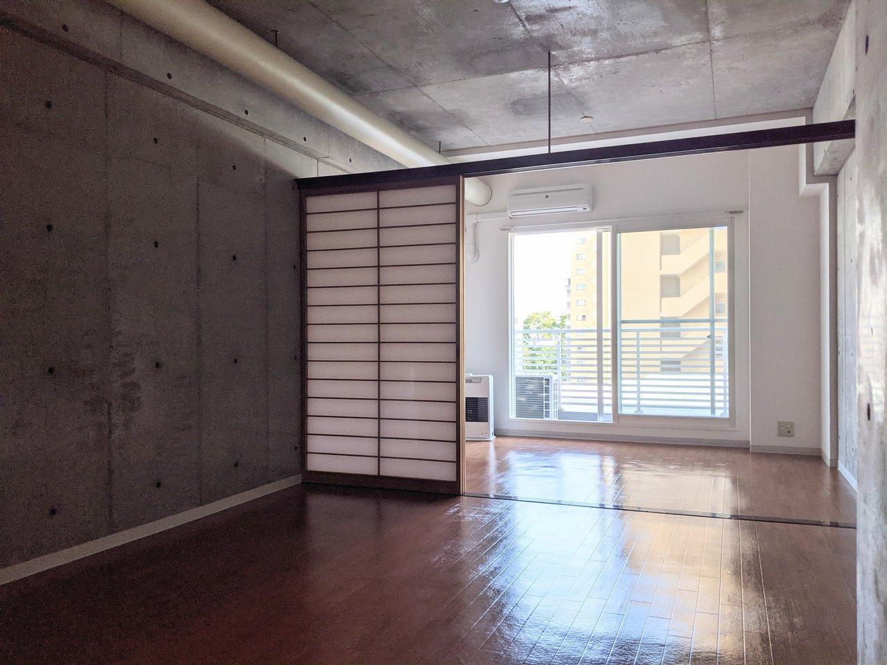 縦に二部屋連なる、1LDKのお部屋。コンクリの壁、むき出しの配管など、クールな要素が多くつめこまれています。