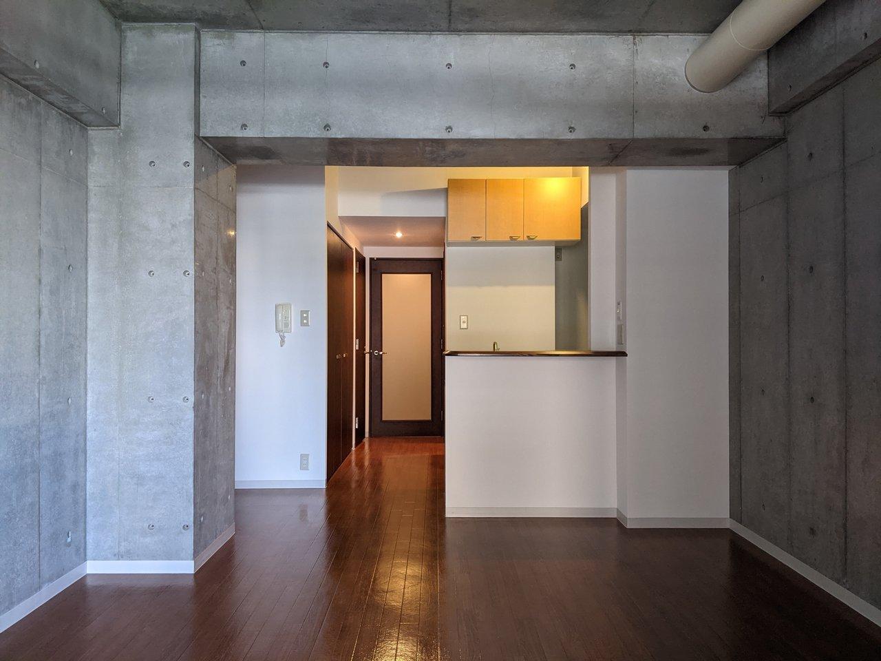 部屋から玄関を見たらこんな感じ。キッチンはカウンタータイプで、テレビを見たりしながら調理ができるのでおすすめです。