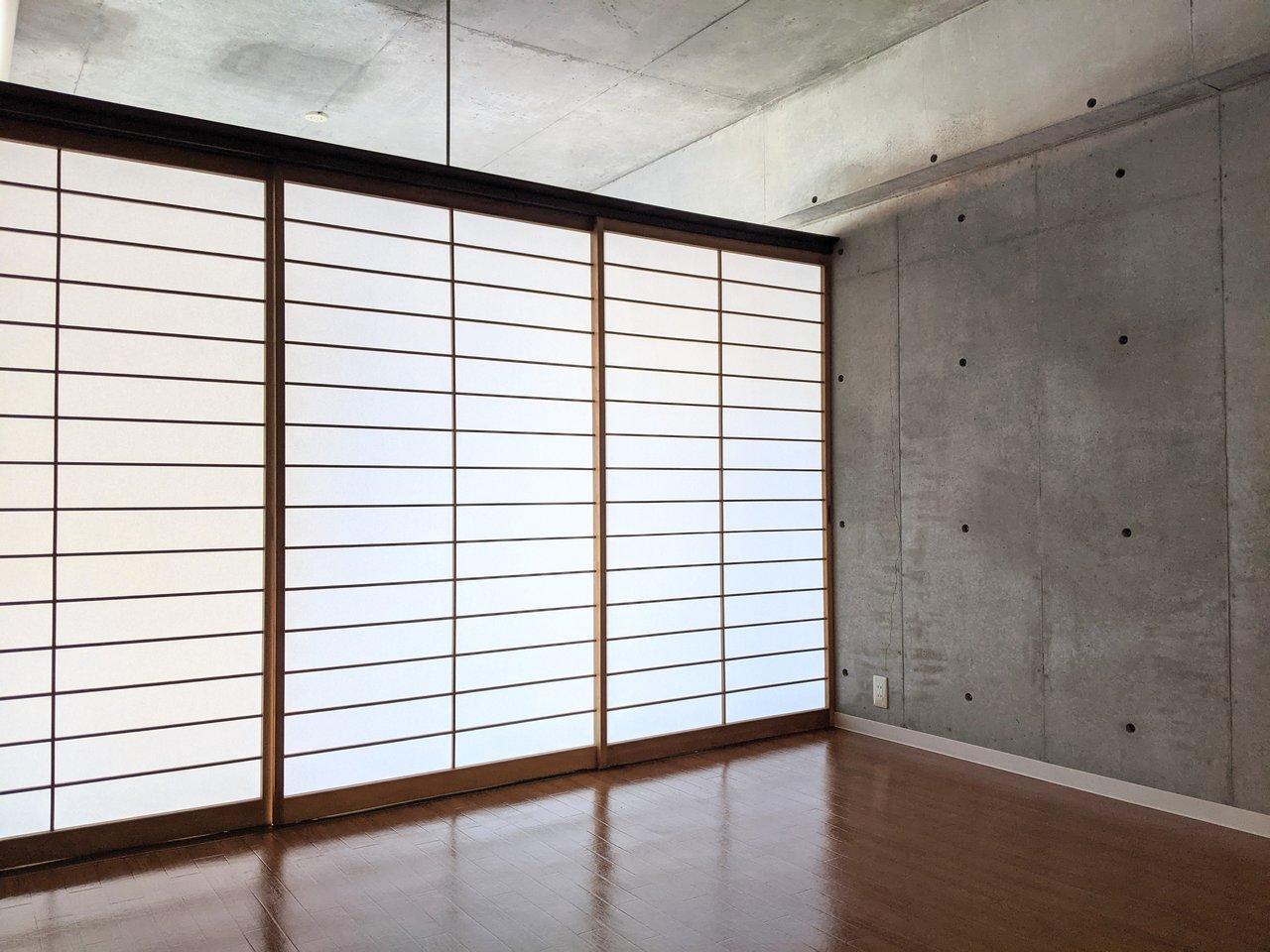 部屋の仕切りは障子。天井部が開いているだけでなく、障子の透け感があるので、障子を閉めても開放的な印象がありますね。