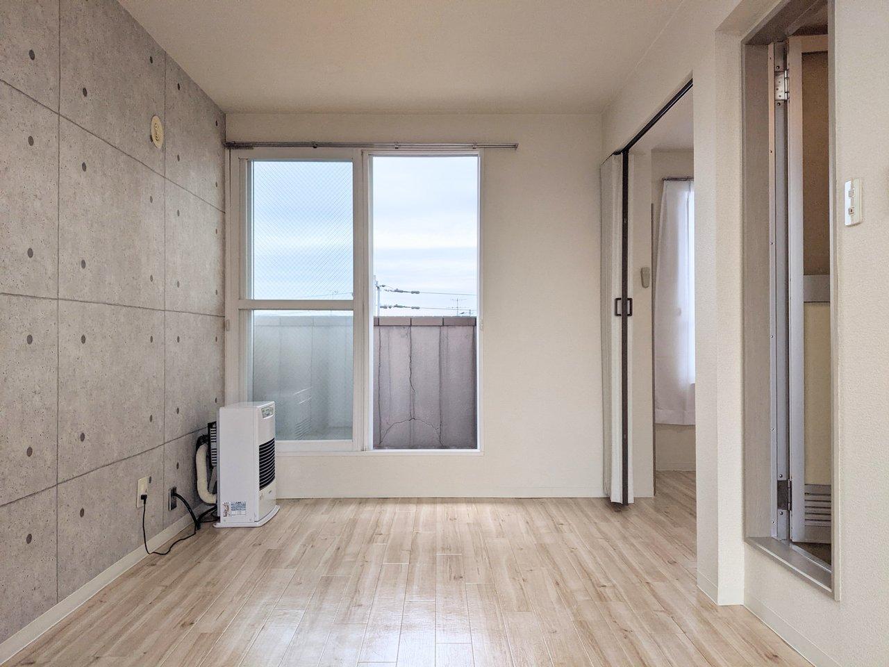 ここからは、コンクリート打ちっぱなし風の壁紙を使用していたり、お部屋の一部にコンクリが使われているお部屋の紹介です。こちらの部屋はコンクリ風の壁紙を一面に使用。窓も多く、風がよく通りそうな気持ちよい部屋ですね。