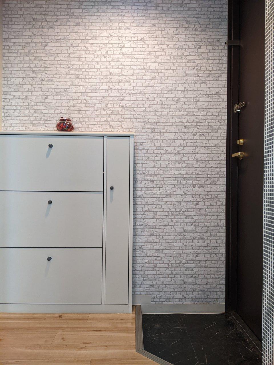 玄関に使用されている壁紙もおしゃれです。