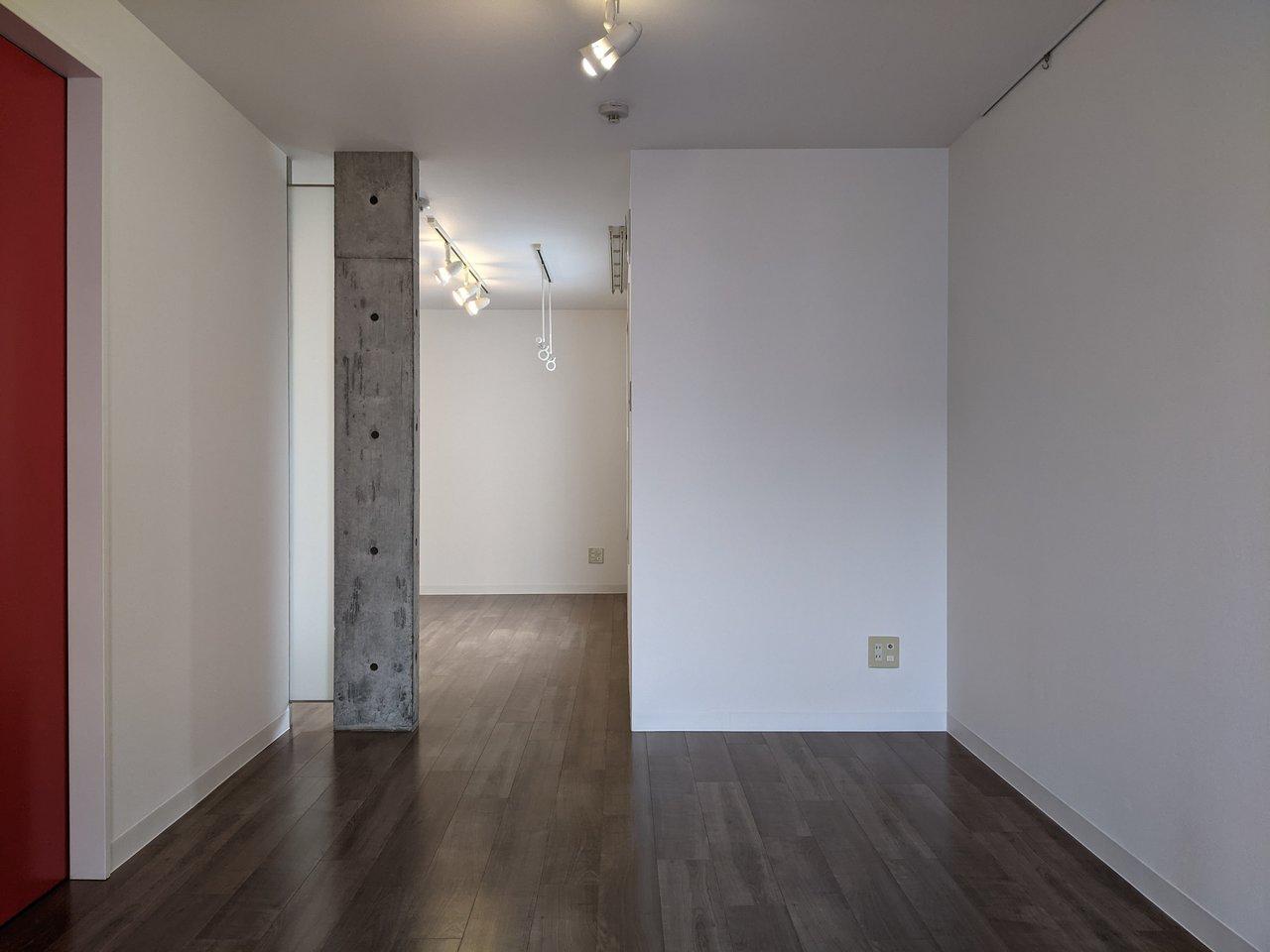 こちらのお部屋は柱のひとつがコンクリート。部屋の仕切りがいいアクセントになっています。
