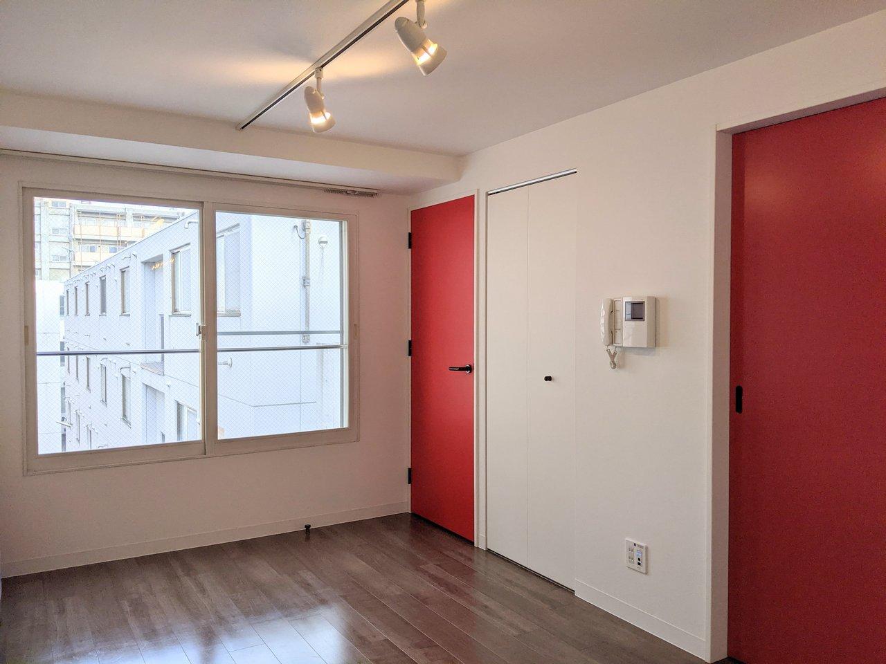 リビングやキッチンは赤のアクセントカラーが使われています。リビングも寝室も使いやすいサイズの広さなので、インテリアを楽しみながら暮らしたい1人暮らしにおすすめです。