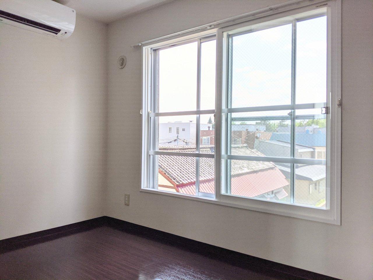 寝室は4.5畳とややコンパクトですが、その分収納が大きいです。窓は南東向きなので明るい光が入ります。開放的に感じられますね。