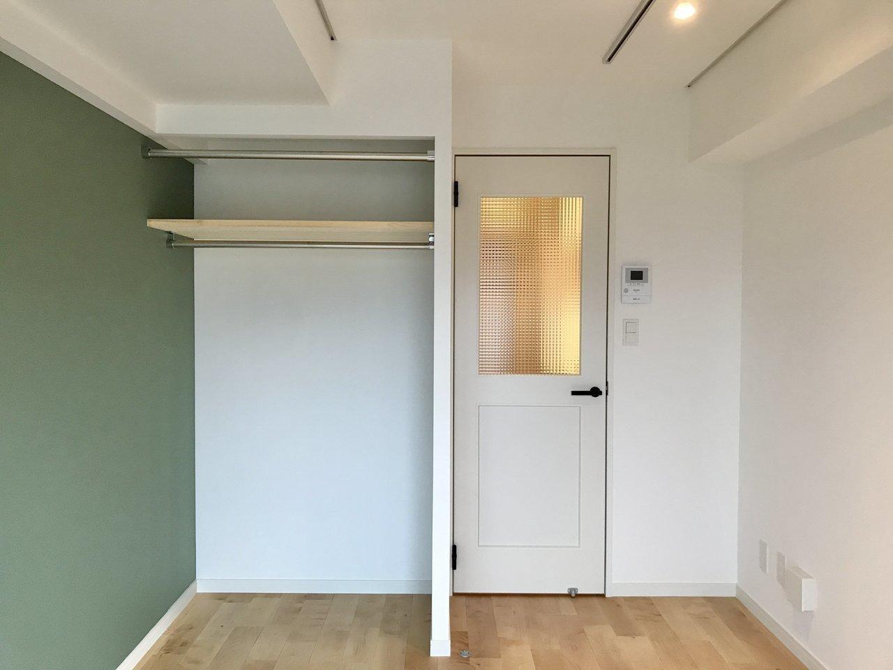 グッドルームのオリジナルリノベーション賃貸「TOMOS(トモス)」のお部屋では、小さな間取りの場合クローゼットはあえてオープンにし、家具配置を邪魔しない工夫をしています。カーテン用のレールもついているので、隠したい方はお好きな布を用意してください。(このお部屋はこちら)