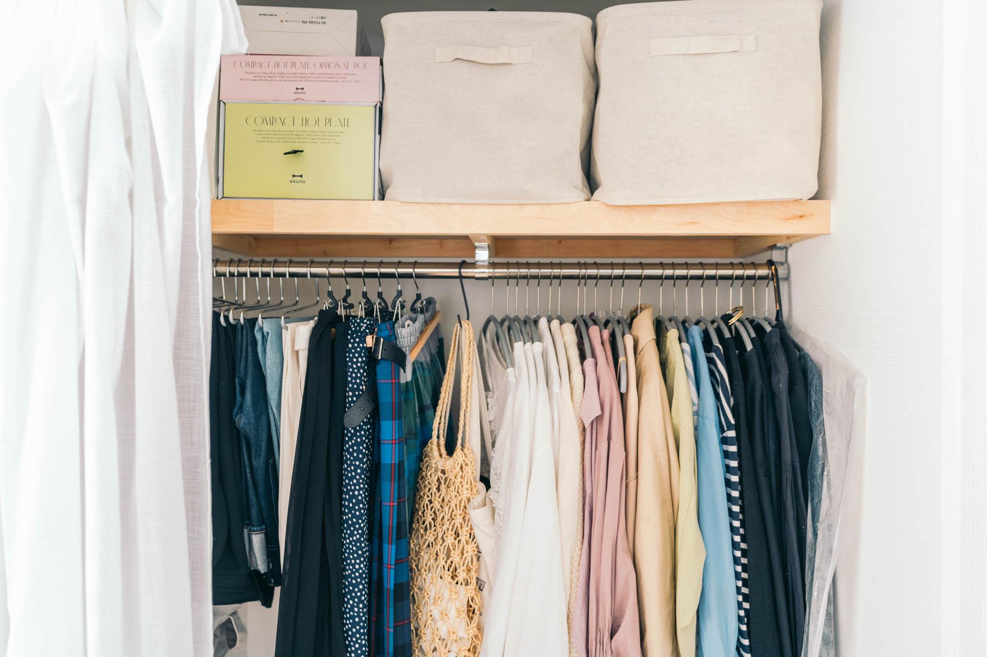 クローゼットを開けて見せていても気にならない工夫は、まずはハンガーを同じものに揃えること。そして服は色のグラデーションで並べることで見た目も綺麗に整います。(このお部屋はこちら)