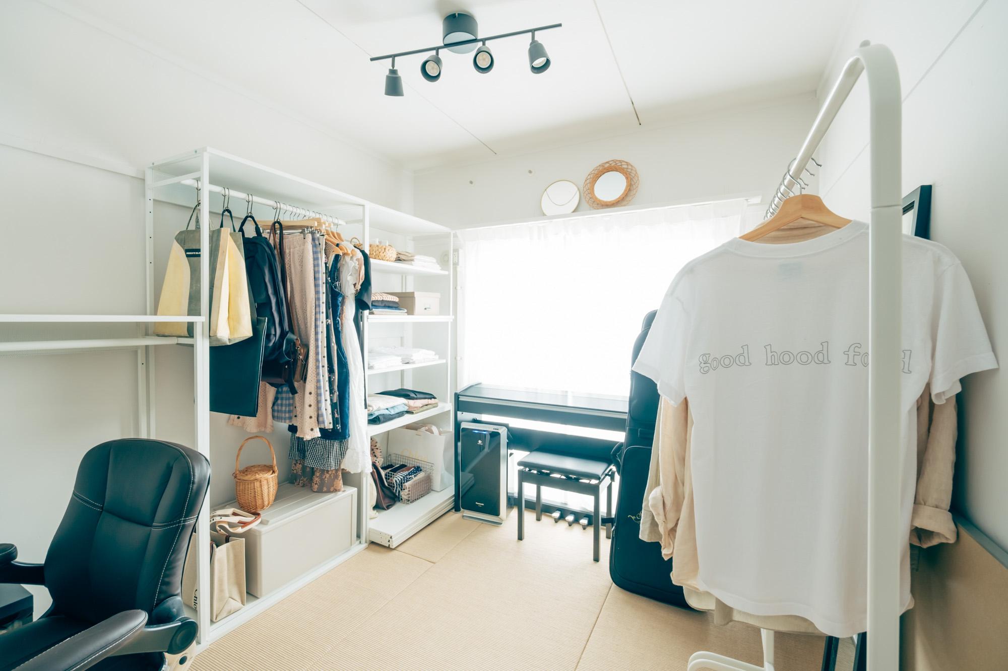 先程の、MUJI×URのお部屋に暮らしていらっしゃるお二人。玄関横の4.5畳のお部屋は収納家具を並べてウォークインクローゼット風のスペースに。