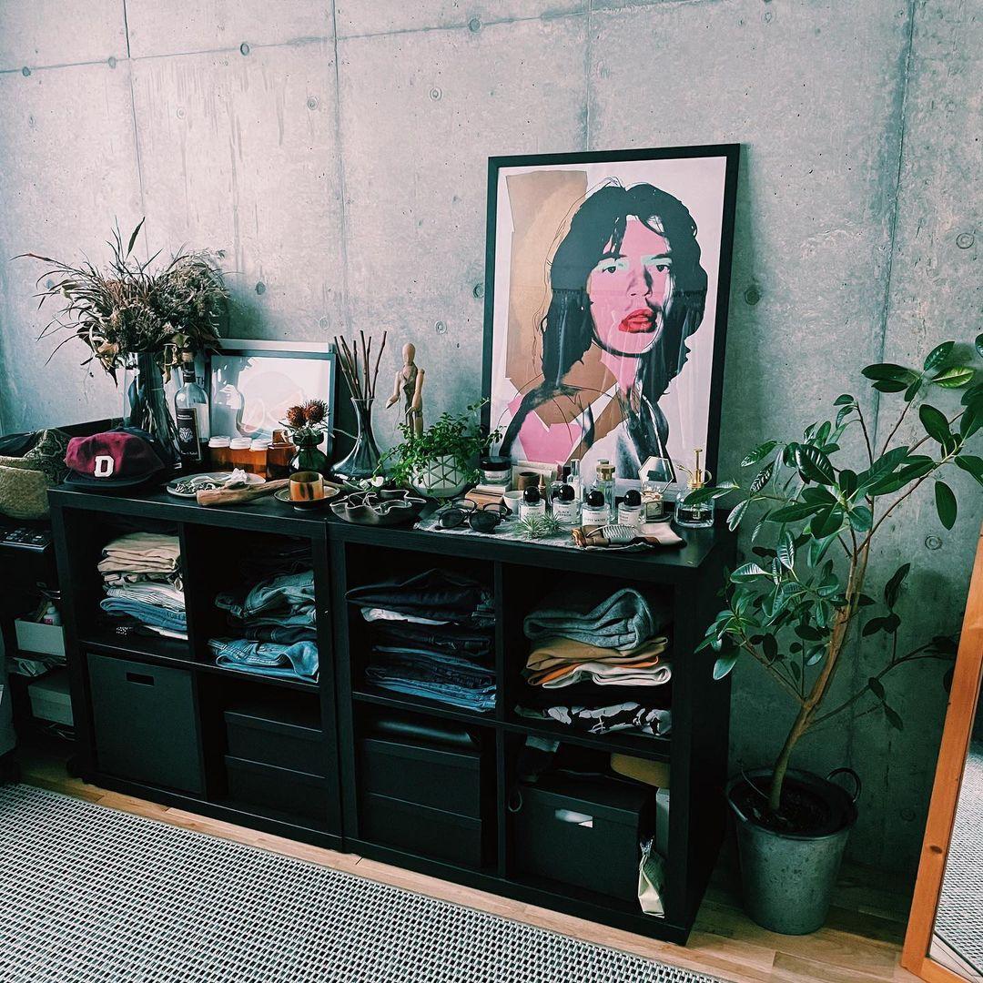 2LDKで二人暮らしをされていらっしゃるお部屋。ひとつのお部屋は衣装部屋として使われています。IKEAのオープンラックKALLAXを使って、二人分の衣類を管理。アクセサリーやサングラスなどは棚の上に見せて収納し、身支度が楽しみになるスペースに。