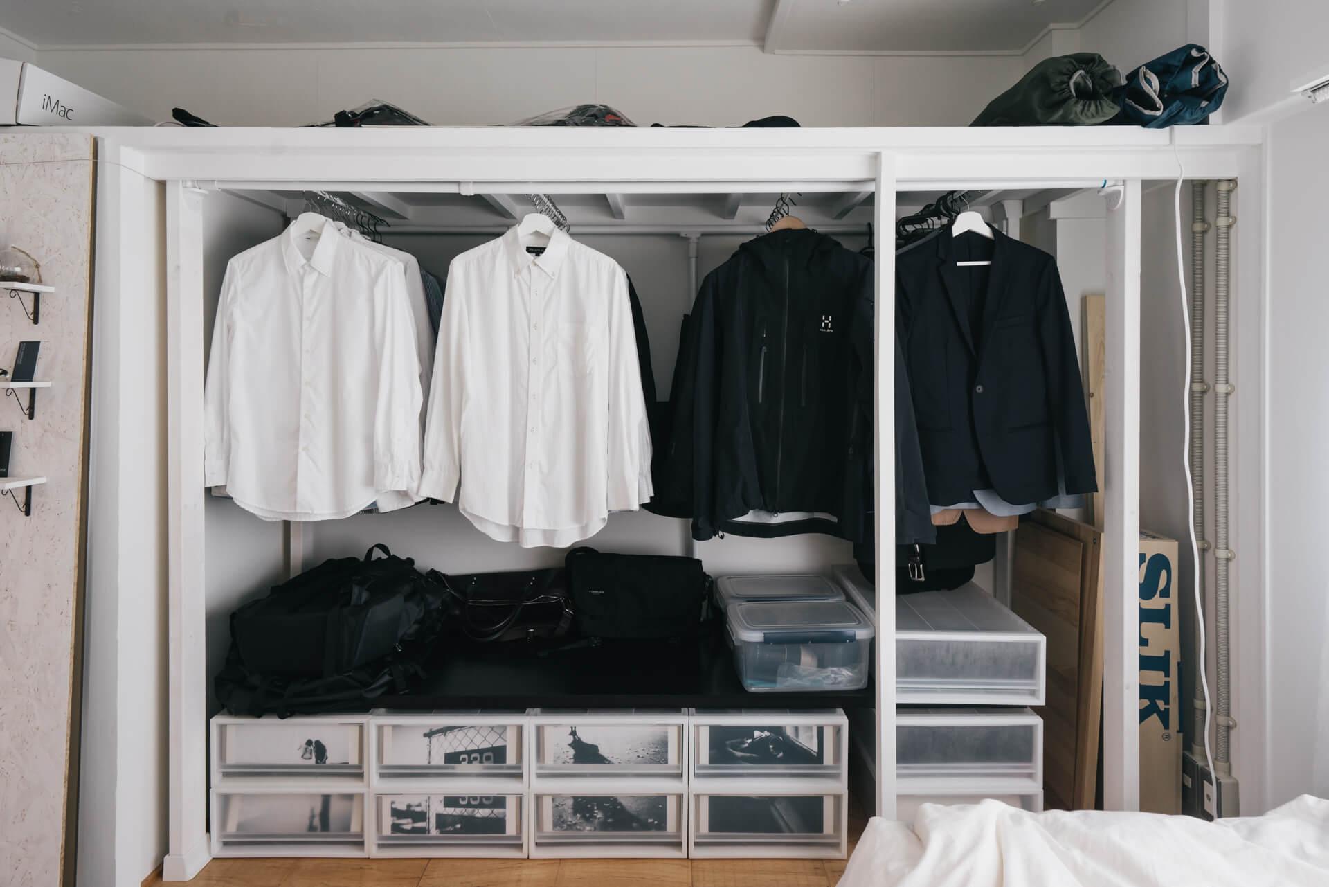 同じく、MUJI×URのリノベーション団地に暮らしていらっしゃる方のお部屋。突っ張り棒をあえて「縦」方向につけたことで、服を綺麗に見せて収納することができ、とても気に入ってらっしゃるそう。