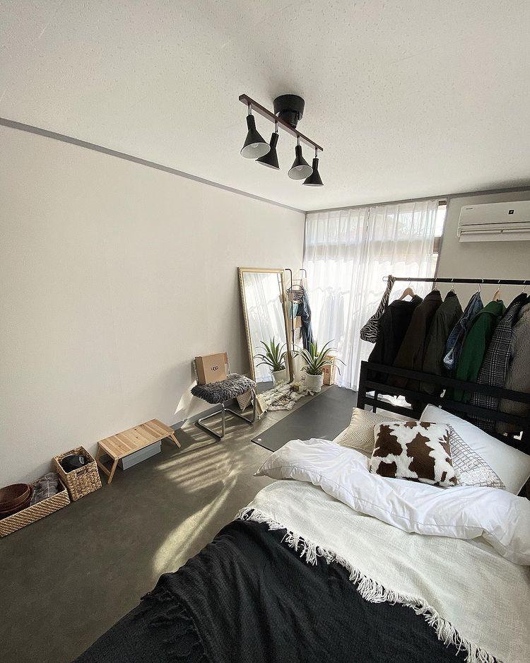 7.5畳のワンルーム。ベッドは部屋の入り口側に寄せて、窓側にはヨガができるスペースと、大きな鏡。