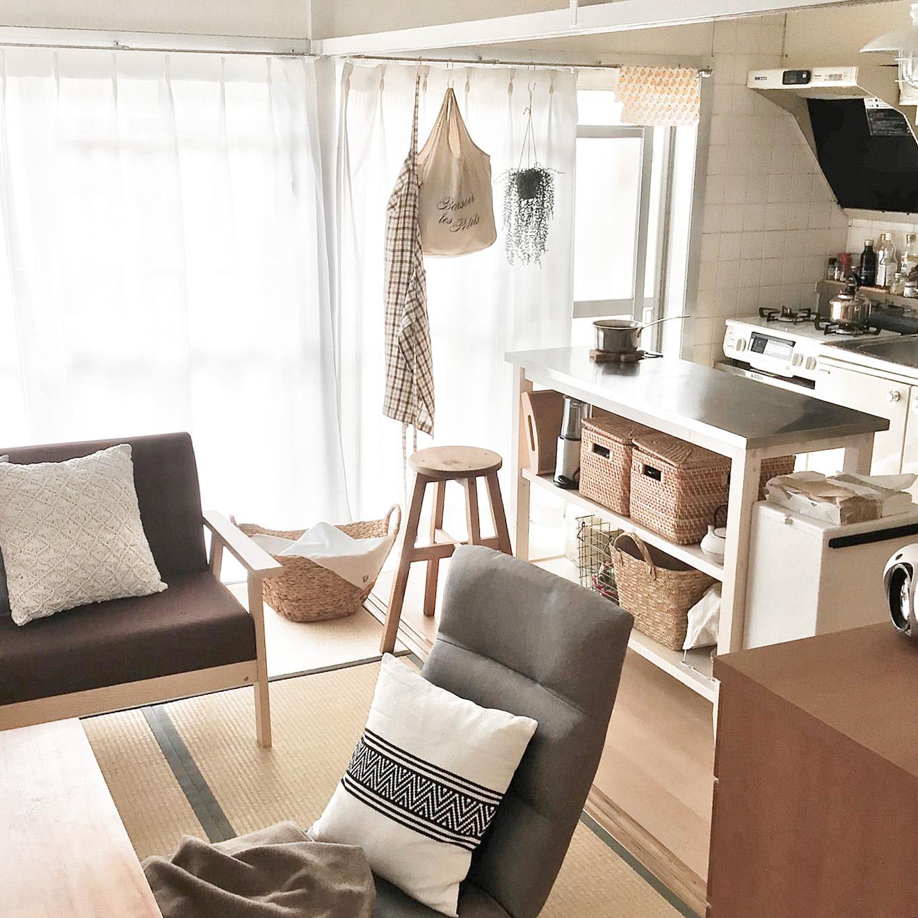 団地暮らしのmaatonaさん。リビングスペースとの間に置かれているのは、ニトリのステンレス天板のキッチンカウンターです。