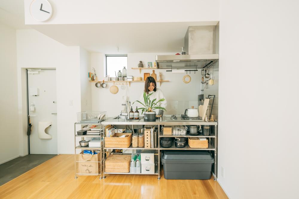 備え付けのmuji+Kitchenのシステムキッチンのある部屋で生活されている、YUKIさん。幅を広げるために設置されたのも、同じく無印良品の「ステンレスユニットシェルフ」です。後付けでシェルフを足すことで、二人暮らしに対応できる収納スペースを設けたのだそう。