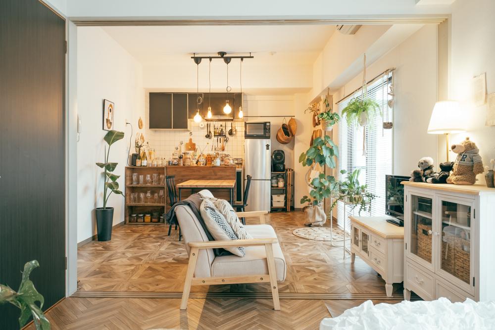 リビングとダイニングキッチンを広く使うため、仕切る引き戸をとって広いワンルームとして生活している、HONOKAさん。ソファは敷居をまたいで大胆に配置しています。