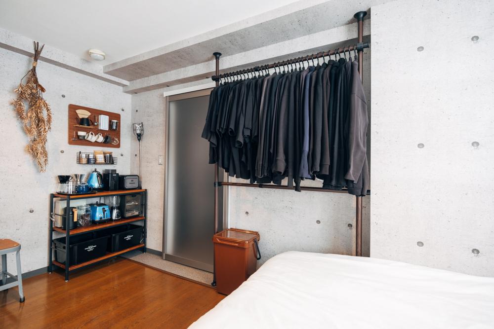 こちらのお部屋では、天井と床で突っ張るタイプのラックを使って空間を有効活用。床や壁が見えることで部屋を広く見せられます。(このお部屋はこちら)