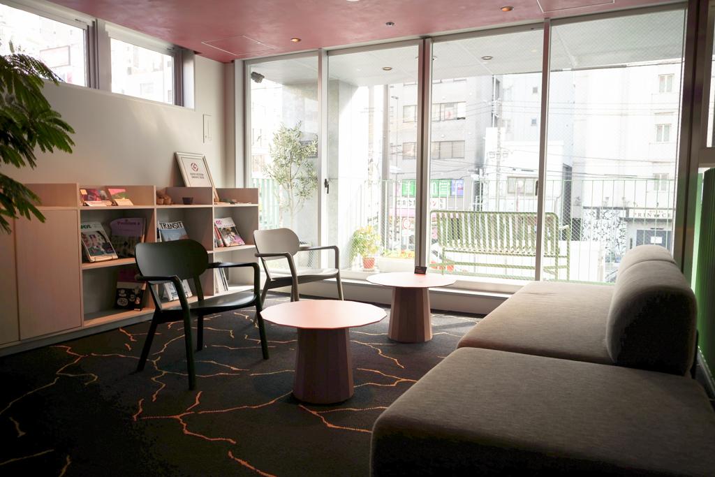 2階にはホテルの受付や宿泊者が利用できるラウンジ、ランドリー、自販機、電子レンジなどがありました。
