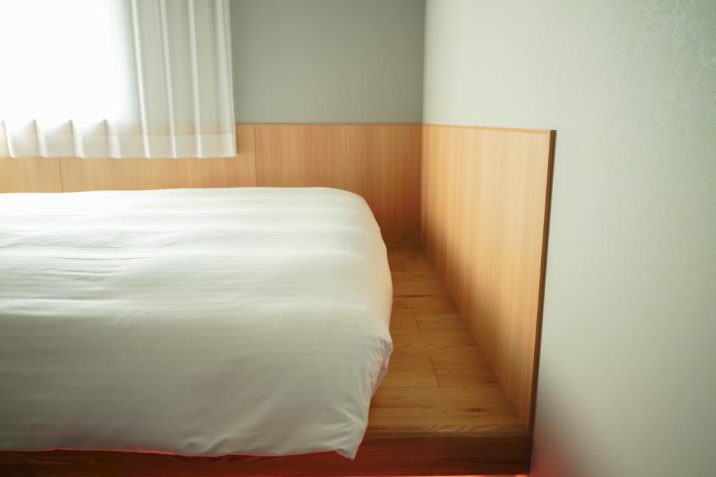 ベッドの足元にはちょっとしたスペースも。トランクを置いたりすることも可能です。
