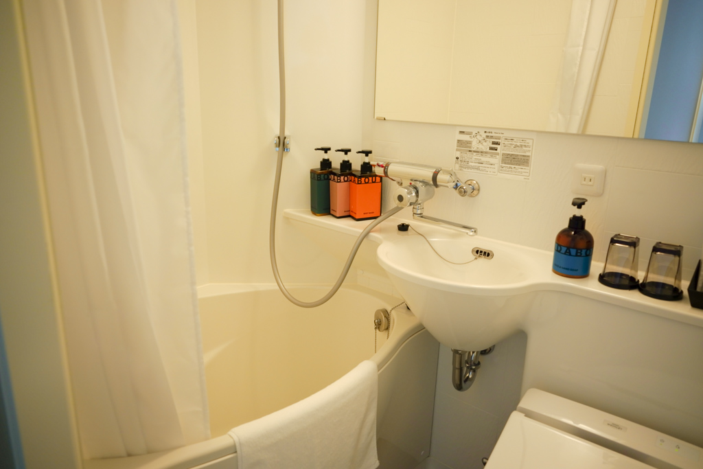 バスルームは3点ユニットタイプ。鏡が横幅いっぱいに、大きく設置されているタイプなので、浴槽にいながら鏡がチェックできる点もよかったです。
