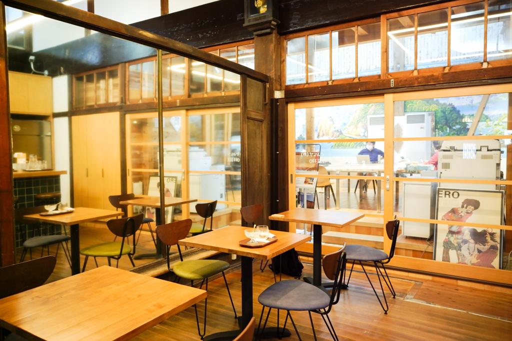 靴箱や体重計、番台などはそのままに。脱衣所のスペースは現在美味しいコーヒーをいただけるカフェへと生まれ変わり、富士山の壁画が残る浴槽スペースは、オフィスになっています。