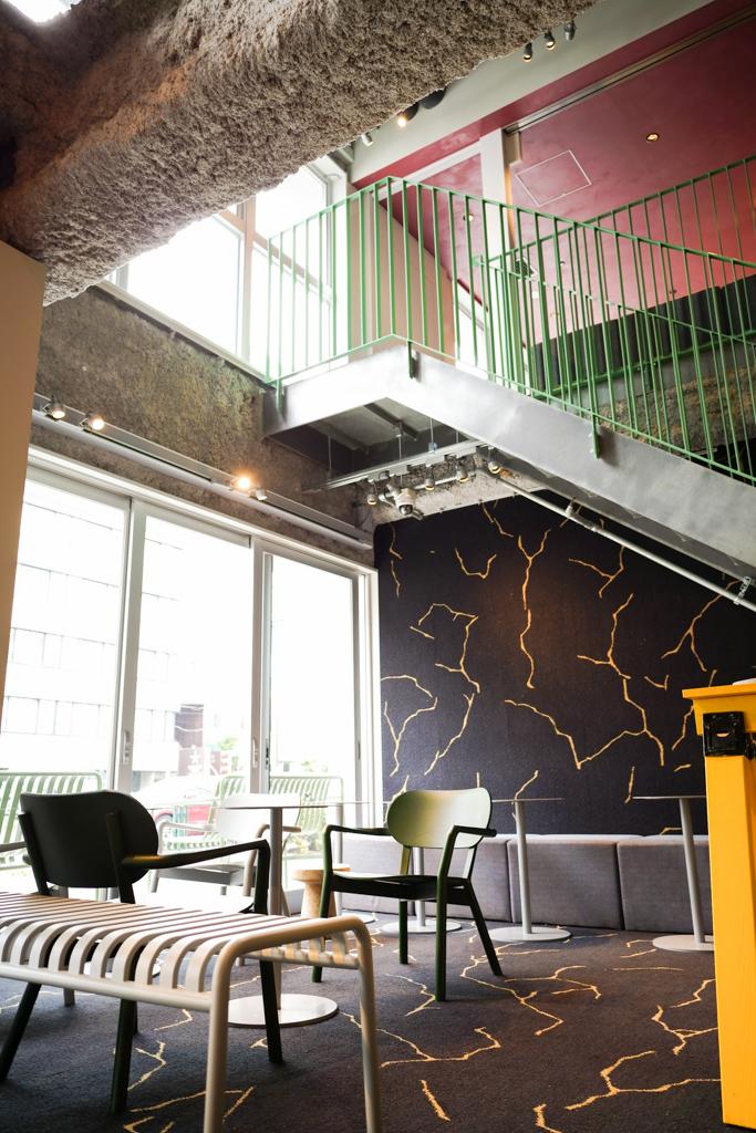 1階入ってすぐの場所にある、ロビー。1階のカフェのコーヒーを片手に、仕事できそう。