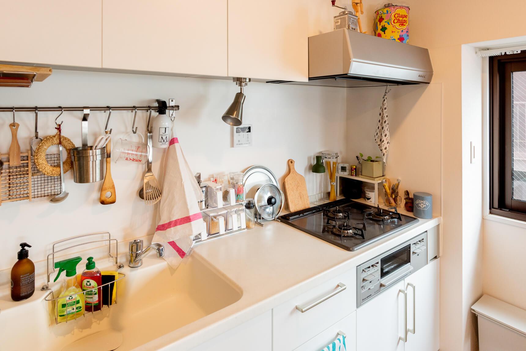 ハンガーバーがあれば、IKEAのカトラリースタンドを使ってツールをかけて収納したり、スプレー類をひっかけたり。便利に使えます。(このお部屋はこちら)