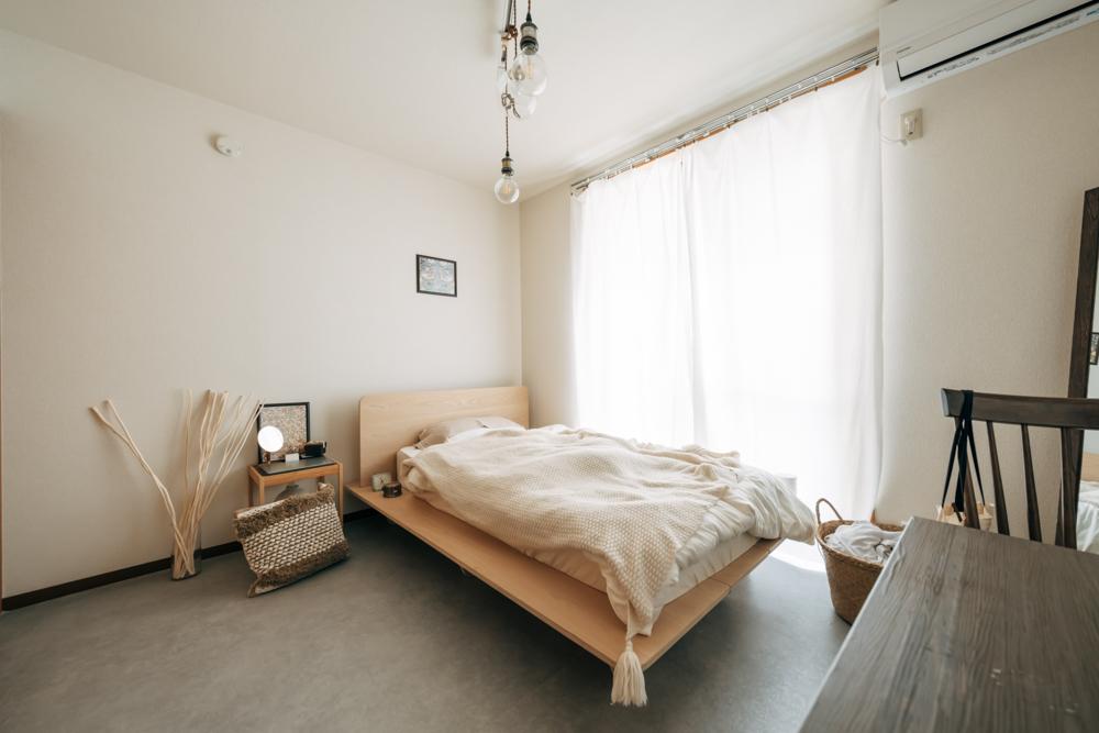 他に大きな家具はベッドだけ。あえて2名がけ、小さめのテーブルを選ぶことで、余白を感じられるお部屋に仕上がりました。