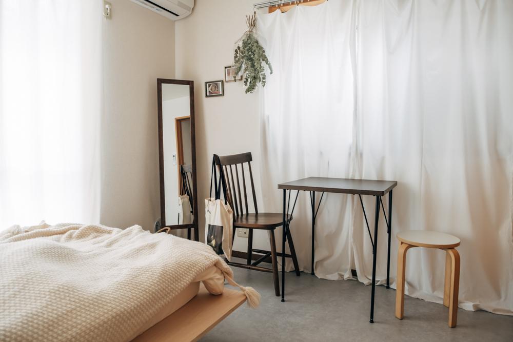 憧れのカフェをイメージしてお部屋づくりをされたという、Sachikaさん。カフェの雰囲気に合わせるため、床を貼り替えるなど徹底しています。ダイニングスペースのテーブルと椅子はアンティークっぽい雰囲気のものを楽天で探して購入。色が少し明るかったので、リメイクシートで椅子に合うようなカラーにしたのだそう。